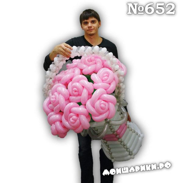 Корзина из шаров с розами с красивой ручкой