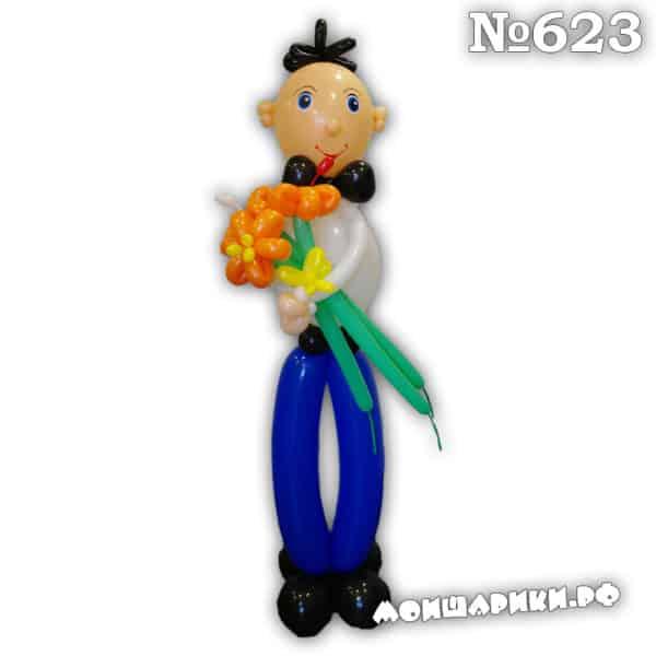 Мальчик с букетом цветов из шариков