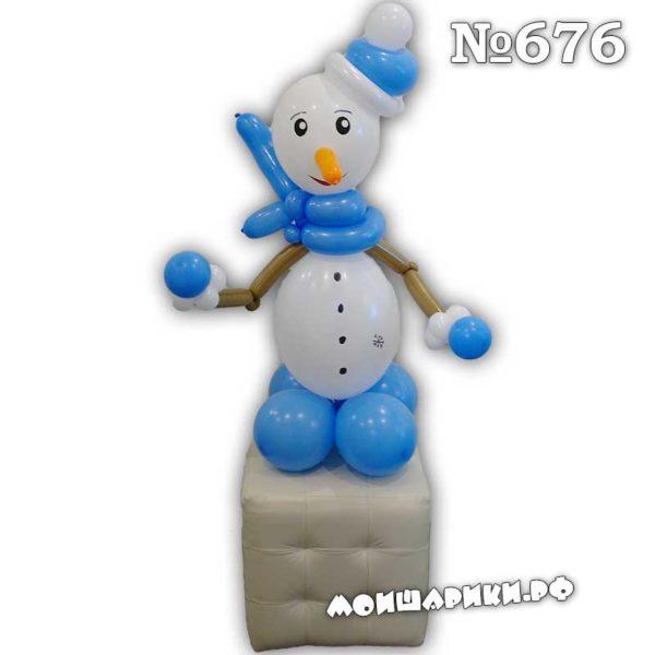 Снеговик из воздушные шаров в голубой шляпе