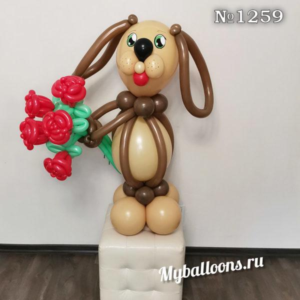 Коричневая собачка с букетом цветов