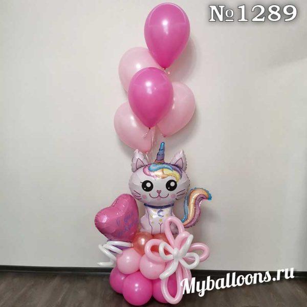 Кошка единорожка на подставке с шариками